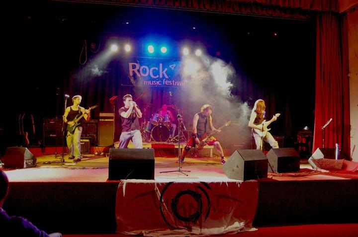 Ex Animo, sul palco da sinistra: Michele De Vincenzi (chitarra), Pietro Mercurio (voce), Mirko Gattuso (basso), Federico Anghinoni