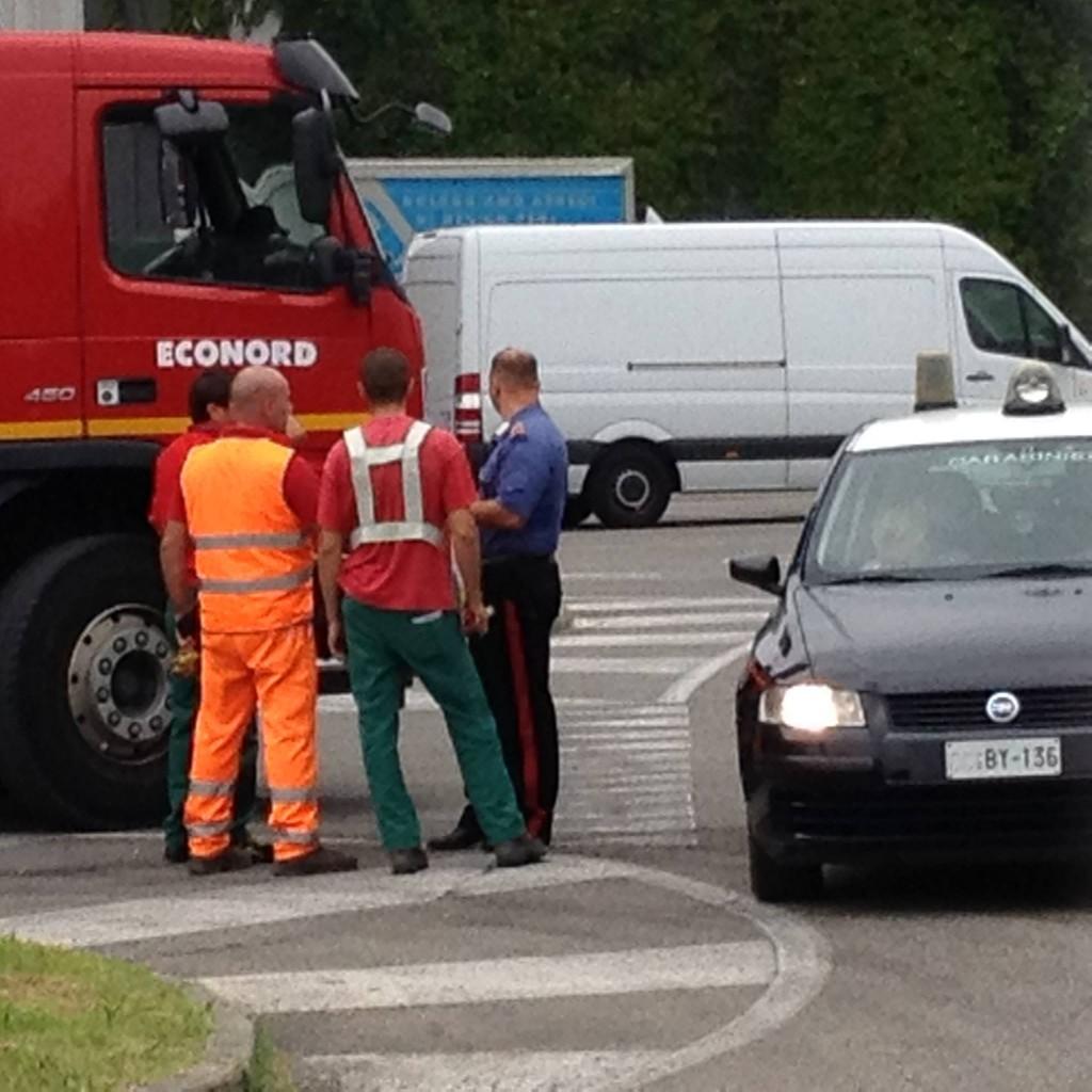 I Carabinieri di Pero mentre prendono le generalità ai dipendenti Econord davanti ai padiglioni di Rho Fiera - Foto di Giulio e Ilde Facchi -