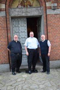Monsignor Markus Bosbac (al centro) con un suo assistente (a sinistra) e il Parrocco di Brugherio Don Vittorino Zoia (a destra)