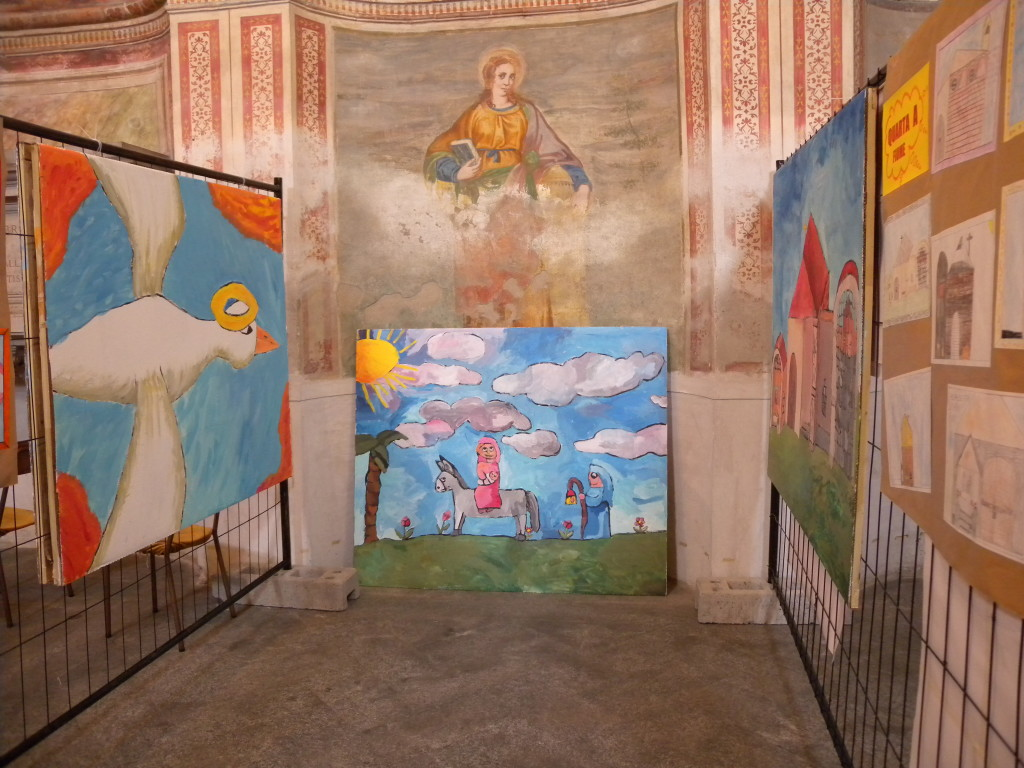 esposizione dei disegni delle scuole all'interno di Santa Maria Nova