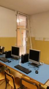 in alto si vede la grata divelta dell' aula d'informatica