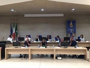 Il sindaco Veneroni, Paola Gallarotti, gli assessori e i conglieri comunali