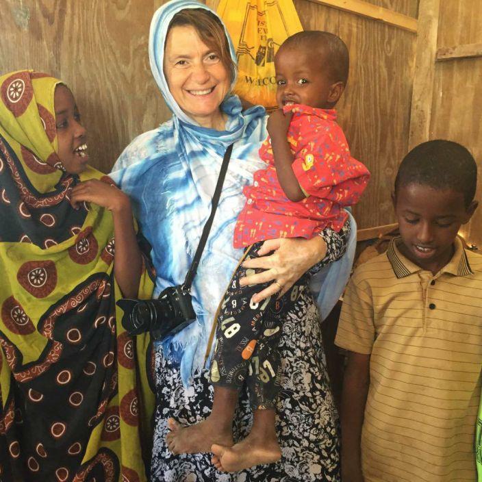 La maestra Cinzia Andreoni con i bambini del campo di Halabooqad