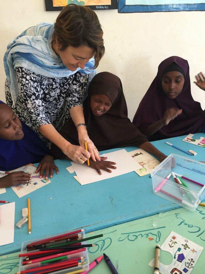 Cinzia Andreoni durante un laboratorio creativo nella scuola del campo di Halabooqad