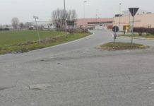 Buche come crateri a Melzo. Buca in Via Lussemburgo a Melzo.